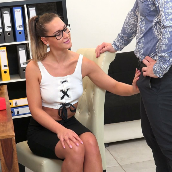 Czech bitch Naomi Bennet fucked with her boss - Photo 2 / 16