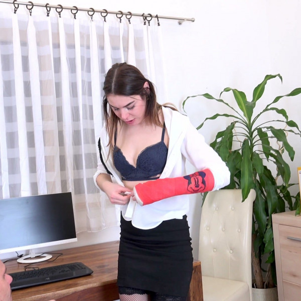 JESSICA BELL MANAGED TO KEEP HER JOB BY FUCKING HER BOSS - Photo 4 / 16