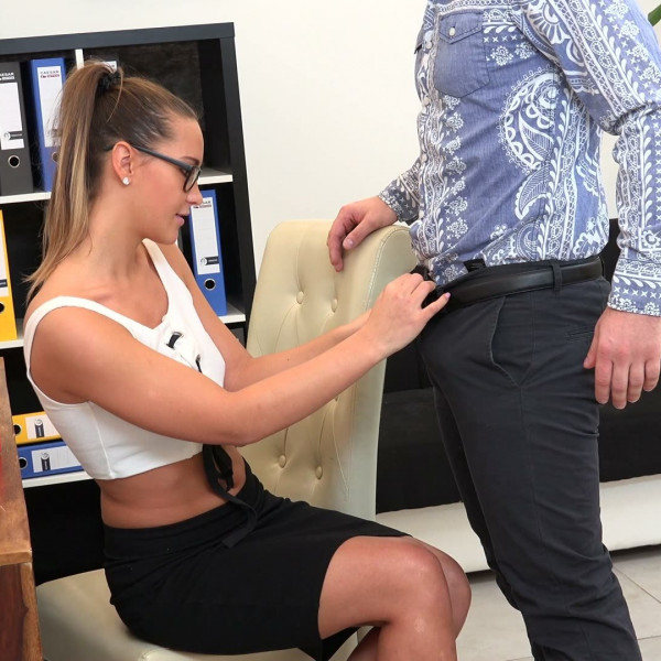 Czech bitch Naomi Bennet fucked with her boss - Photo 3 / 16
